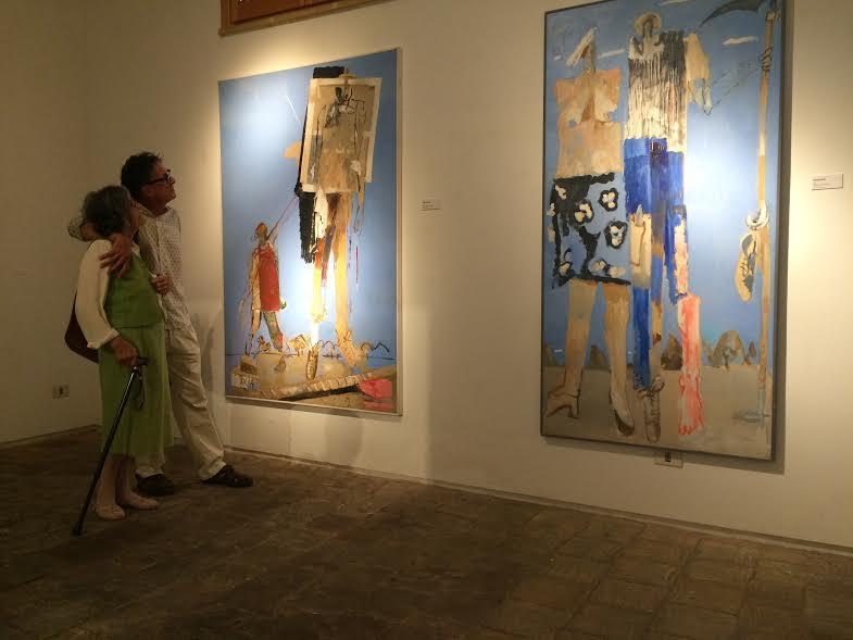 Moglie e figlio di Gianquinto guardano la mostra